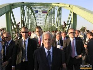Maďarský prezident v čele svadobného sprievodu. Ide si po nevestu Annu Belousovovú. Foto: Pravda / Robert Hüttner